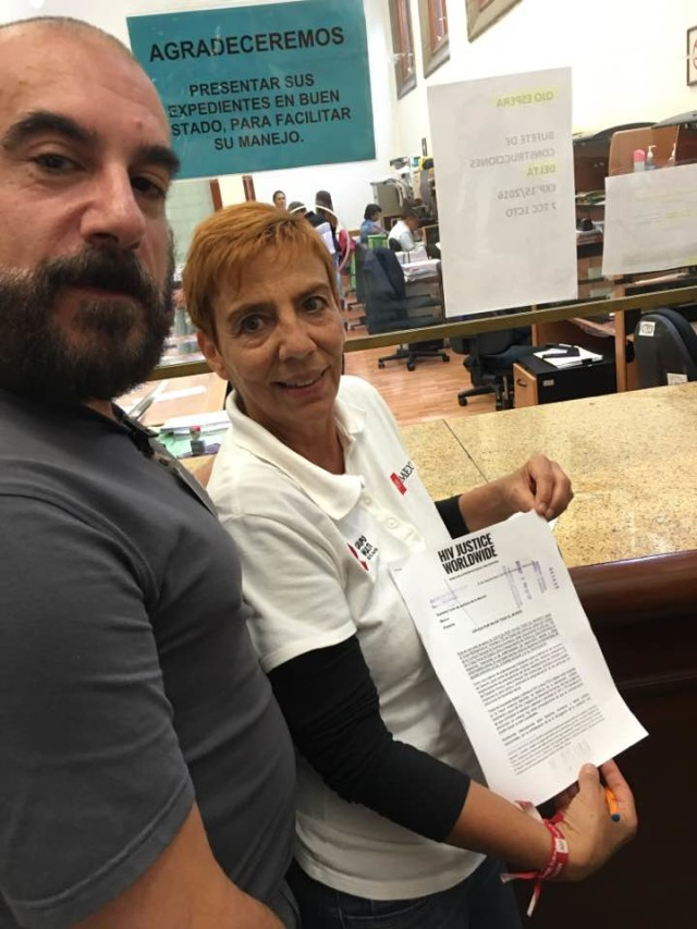 Edwin Bernard (HIV JUSTICE WORLDWIDE) and Patricia Ponce (Grupo Multisectorial Veracruz) presenting the letter to Supreme Court of the Nation, Mexico City.